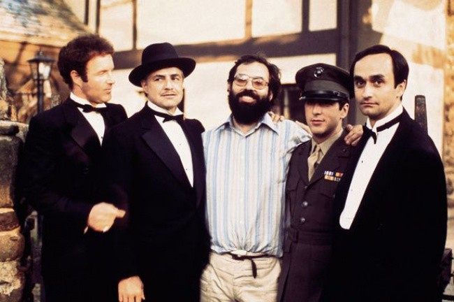 "James Caan, Marlon Brando, Francis Ford Coppola, Al Pacino și Ioan Casale pe platourile de ""The Godfather"", în 1972."