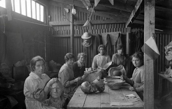 Primul Război Mondial I. Femeile fac capuri false pentru a ajuta cauatarea de lunetiștii de pe front.