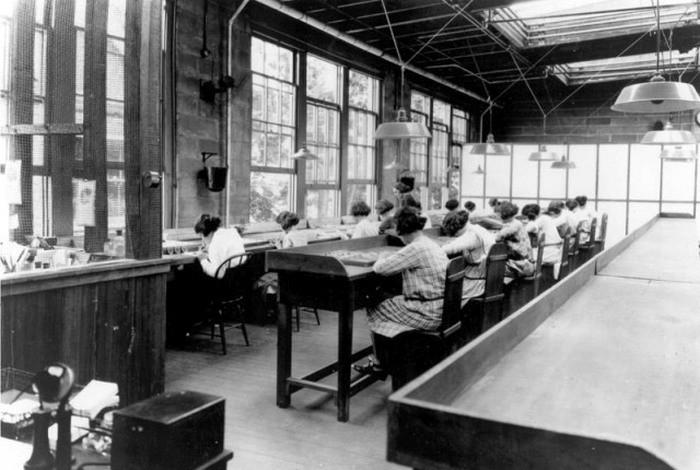 1922. Fete de radiu. Fetele vopsea numere luminoase pe cadranele de ceas cu vopsele radioactive (Radium Girls). MulÈ›i dintre ei apoi o sa moare de cancer.