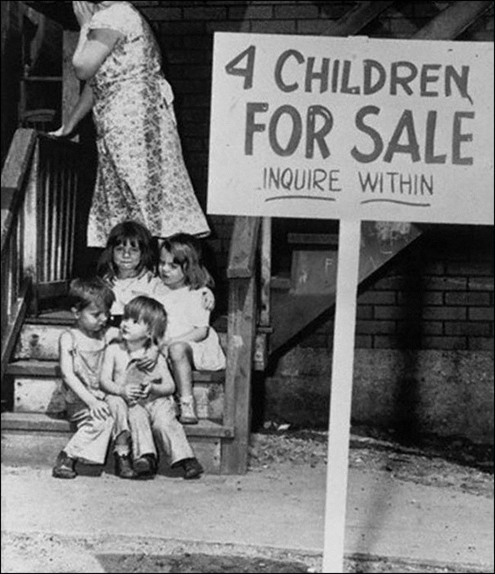 Mama ascunde fața de rușine, dupa ce șofer de camion de cărbune șomer și soția lui au decis să-și vândă cei patru copii Chicago 1948