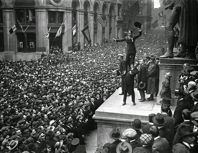 Douglas Fairbanks tine pe Charlie Chaplin in fața unei mulțime uriașe la companie de publicitate din SUA în timpul primului război mondial pentru a sprijini acțiunea Antantei 1918