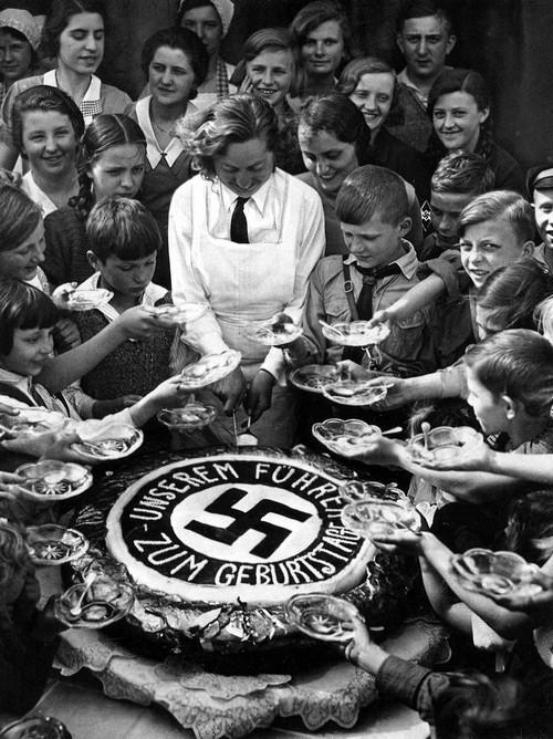 Copii germani sarbatoresc ziua de naÈ™tere a lui Hitler, 1934