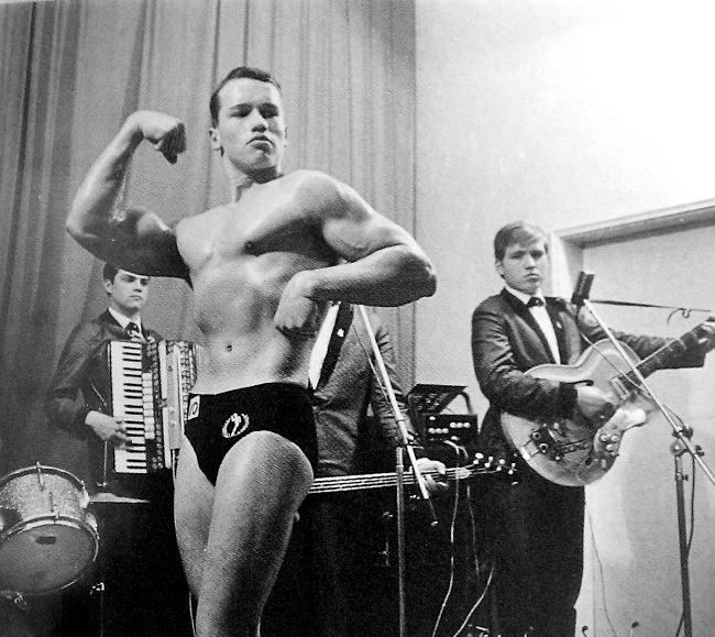 Arnold Schwarzenegger in vârstă de 16 de ani, la primul concurs între culturisti