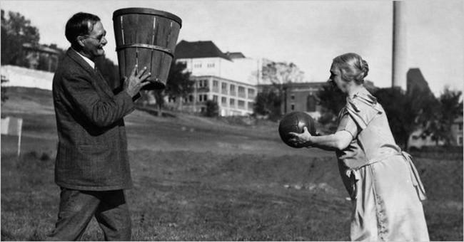 James Naismith, creator de baschet cu soÈ›ia sa.