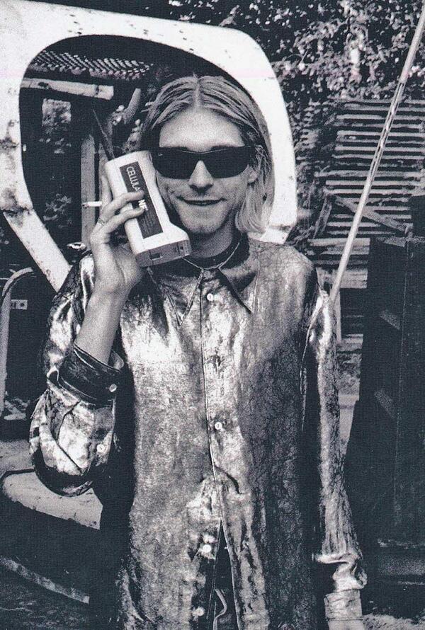 Курт Кобейн говорит по мобиле. США. 80-е.