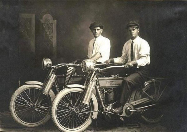 William Harley si Arthur Davidson - fondatorii Harley Davidson.