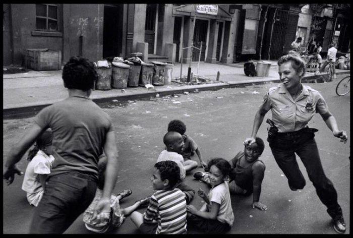 Un ofiÈ›er de poliÈ›ie se joace cu copii. New York, 1978