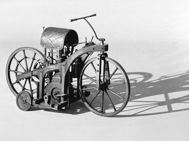 """Prima motocicleta din lume. Motocicleta si masina au """"parinte"""" comun - Gottlieb Daimler. El a fost cel care, în 1885, a construit primul prototip al acestui vehicul iconic - Reitwagen"""