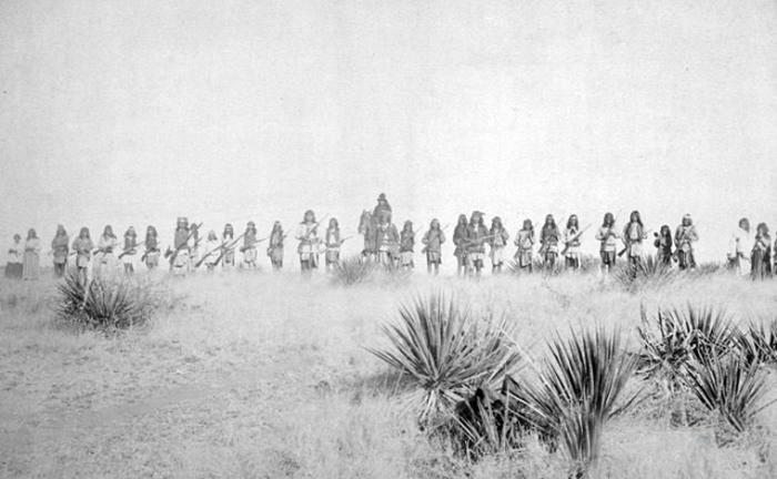 1886 Unul dintre puținele fotografii de luptători Geronimo.