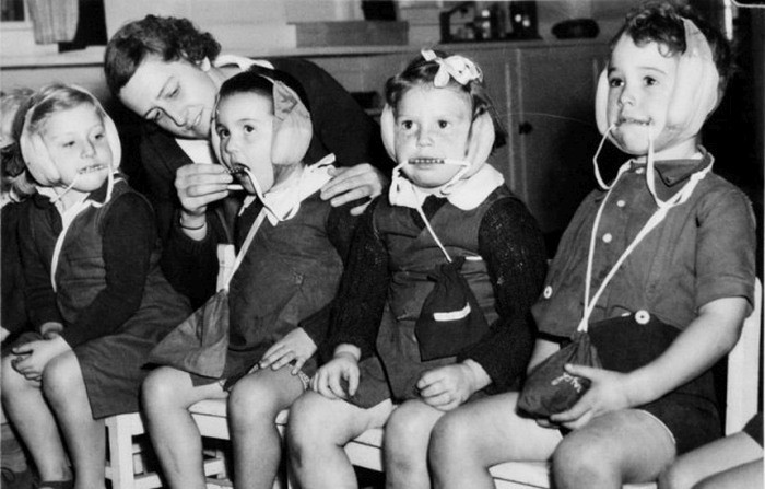 1942. Sydney. Copii australiani in palarii contra bombardarea.