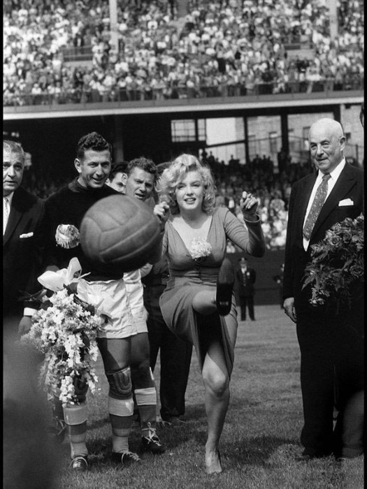 1959. Marilyn Monroe deschide meci de fotbal american intre SUA - Israel, New York
