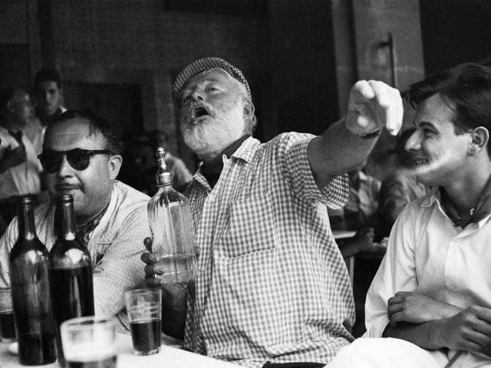 Ernest Hemingway. Celebrul scriitor se odihnește într-un bar din Havana.