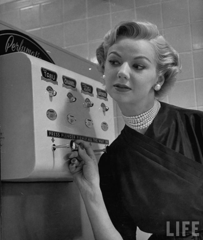 Automat de parfum, 1952
